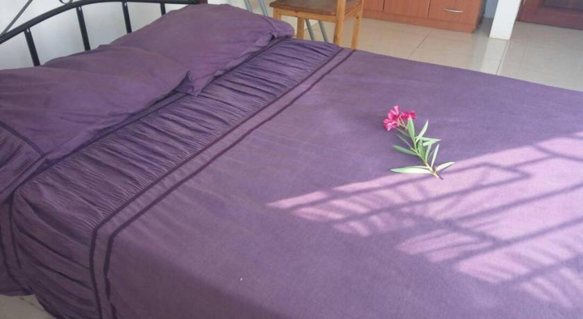 Bagamoyo Hotels: A bed at IDC Guest House Bagamoyo